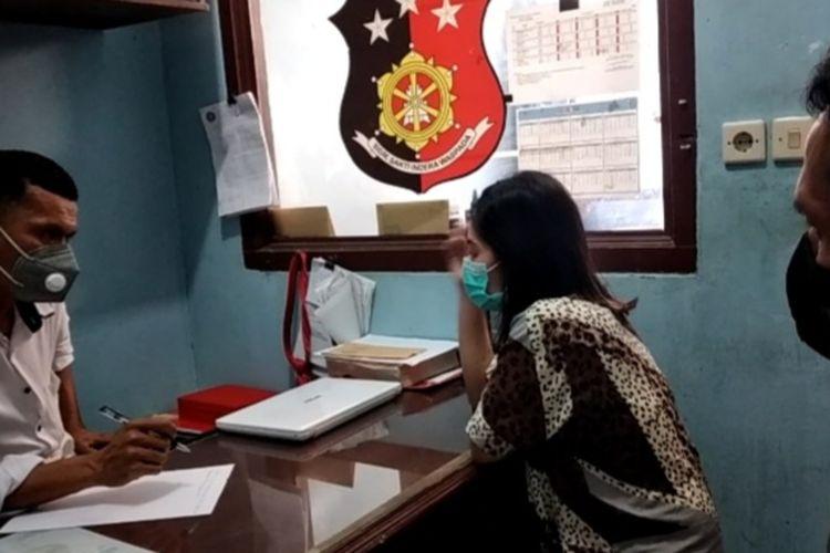 REV (32) warga Tanggamus yang menggadaikan harta mertuanya senilai Rp 1 miliar saat diperiksa polisi. (FOTO: Dok. Satreskrim Polres Tanggamus)