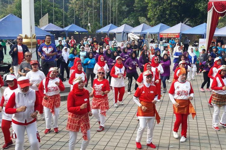 Sesmenpora, Gatot S Dewa Broto bersama Kemenpora dan perkumpulan ojek daring (ojol) melakukan senam Olahraga Hidup Baru (Orhiba), Minggu (27/10/2019) guna memperingati Hari Sumpah Pemuda.