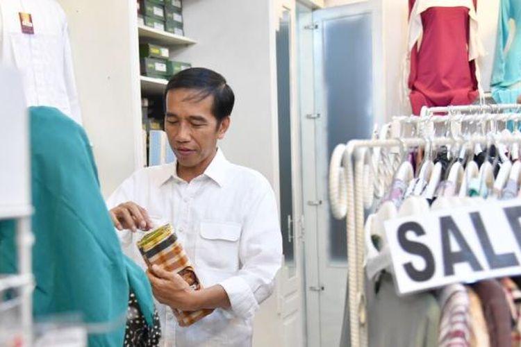 Presiden Joko Widodo di sela-sela kunjungan kerjanya menyempatkan diri berbelanja di Plaza Pekalongan, Minggu (7/1/2017).