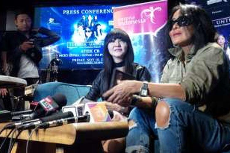 Atiek CB (kanan), didampingi oleh Ita Purnamasari, diwawancarai tentang konsernya yang berjudul Terbaik Untukmu Live Exclusive Concert, di Warner Music Indonesia, Gedung Alia, Tugu Tani, Jakarta Pusat, Selasa (18/10/2016).