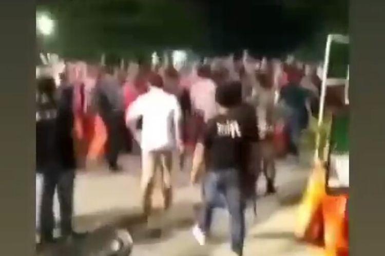 Viral video di media sosial memperlihatkan sejumlah polisi mebubarkan kelompok organisasi masyarakat (ormas), hingga membuang tembakan peringatan. Aksi itu terjadi di depan Mapolres Metro Bekasi Kota, Jalan Pramuka, Bekasi Selatan, Jawa Barat, Selasa (8/6/2021).