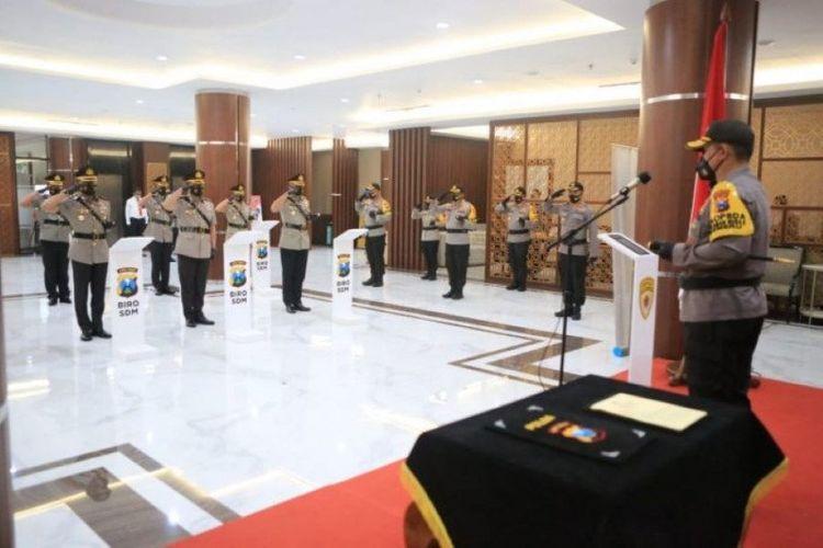 Prosesi serah terima jabatan (sertijab) lima kapolres jajaran Polda Jatim di Mapolda Jatim, Surabaya, Kamis (5-11-2020).