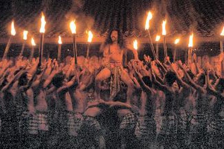Sekitar 150 penari anggota kelompok Cak Rina dari Banjar Teges Kanginan, Peliatan Ubud, Bali, tampil di Bentara Budaya Jakarta, Rabu (19/10) malam. Acara bertajuk Simpati untuk Bali yang dipersembahkan Kelompok Megalitikum Kuantum, Harian Kompas, serta Bentara Budaya Jakarta ini merupakan ungkapan simpati serta keprihatinan atas tragedi Bom Bali pada 1 Oktober lalu.