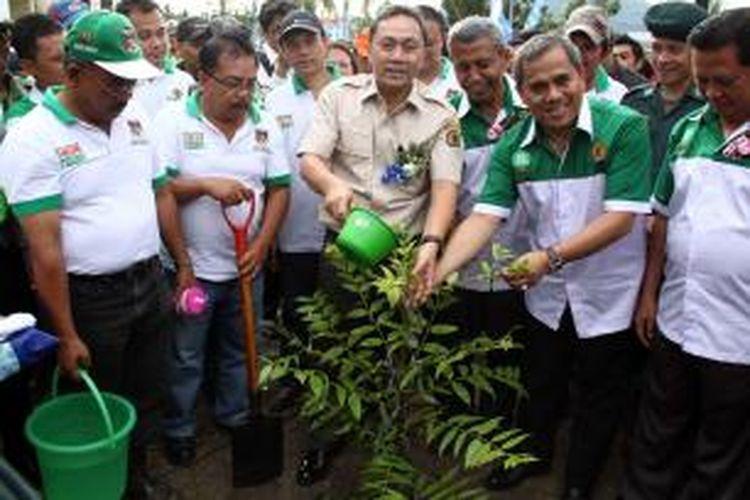 Menteri Kehutanan RI, Zulkifli Hasan didampingi Bupati Minahasa, Jantje Sajouw menyiram pohon yang baru saja ditanam dalam acara Pencanangan Hutan Kota Tondano.
