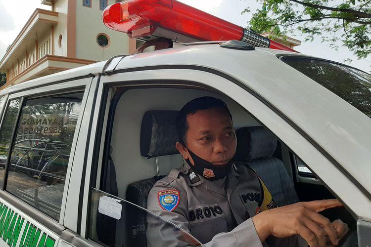 Aiptu Broto Bhabinkamtibmas Kelurahan Jatisari, Kecamatan Mijen, Kota Semarang merangkap jadi sopir ambulance..
