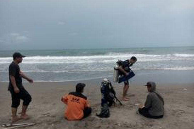 Tim penyelam bersiap-siap mencari korban tenggelam di perairan Bangka Jaya, Aceh Utara, Minggu (29/11/2015)