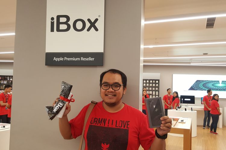Hari (50) menjadi pembeli perdana iPhone X di gerai iBox Central Park Jakarta, Jumat (22/12/2017).