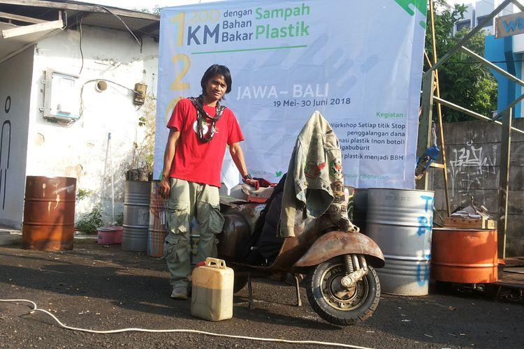 Dimas Bagus Widjanarko saat ditemui di Gudang Sarinah Ekosistem, Pancoran, Jakarta Selatan, Sabtu (19/5/2018). Dimas adalah aktivis lingkungan yang akan menempuh perjalanan sejauh 1.200 kilometer menyusuri Pulau Jawa dan Bali. menggunakan Vespa Super tahun 1977 yang menggunakan bahan bakar dari hasil pengolahan sampah plastik.