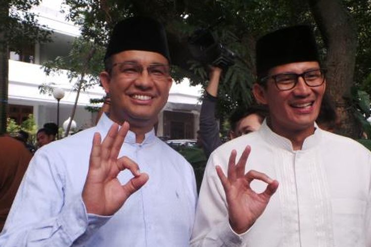 Pasangan calon gubernur-wakil gubernur nomor pemilihan tiga DKI Jakarta Anies Baswedan-Sandiaga Uno, seusai Shalat Jumat di Masjid At-Taqwa, Kebayoran Baru, Jakarta Selatan, Jumat (27/1/2017).