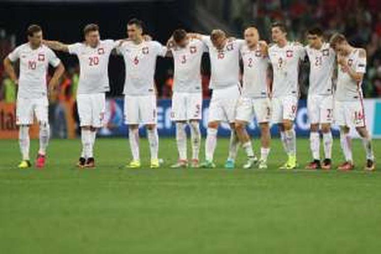 Para pemain Polandia tampak tegang saat melakoni adu tendangan penalti kontra Portugal pada perempat final Piala Eropa 2016, Kamis (30/6/2016).