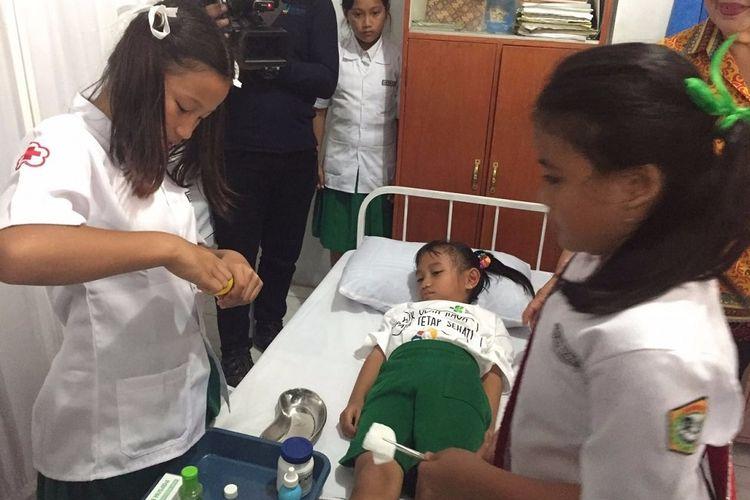 Dokter kecil di Sekolah Santa Clara, Tomohon, memperagakan pertolongan pertama pada kamis (19/10/2017).