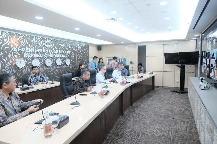 Video conference interaktif dengan lebih dari 100 Kedutaan Besar dan Organisasi Internasional di Jakarta, Selasa (17/3/2020).