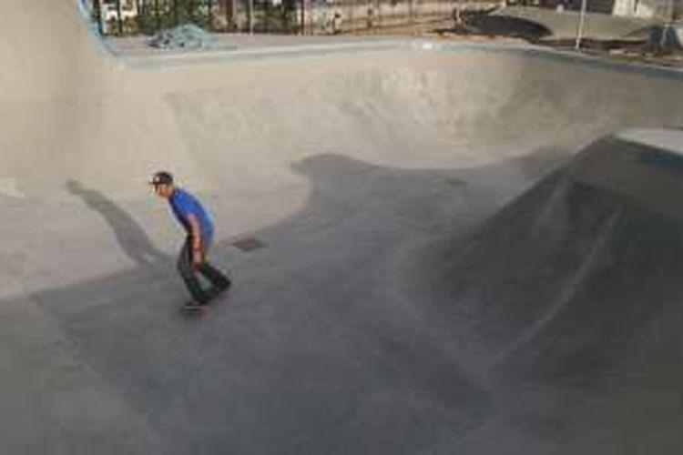 Salah satu skateboarder menjajal bowl di skate park ruang publik terpadu ramah anak (RPTRA) Kalijodo, Selasa (13/12/2016). Rencananya, area ini akan diresmikan dan dibuka untuk umum pada akhir tahun 2016 mendatang.