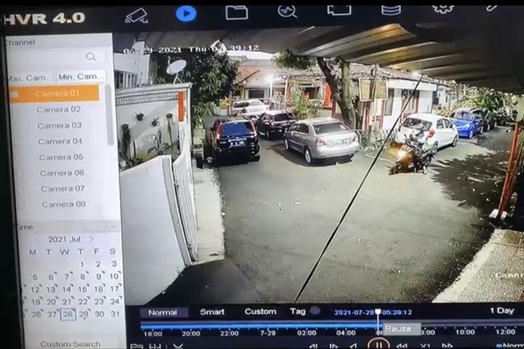 Aksi pencurian spion mobil Toyota Vios terjadi di Jalan Tebet Barat VI C, Tebet, Jakarta Selatan pada Kamis (29/7/2021) sekitar pukul 05.30 WIB.