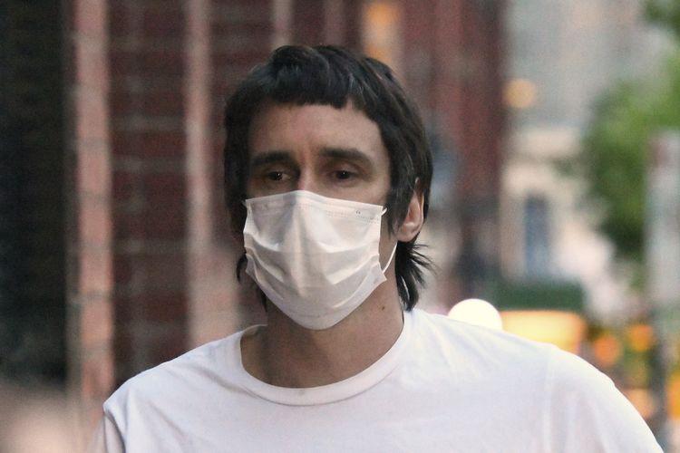 Richard Pusey berjalan setelah mendapatkan pembebasan bersyarat di Melbourne, Australia, pada 16 Oktober 2020. Pusey dipenjara selama 10 bulan pada Rabu, 28 April2021, setelah merekam empat polisi yang sekarat karena ditabrak truk.