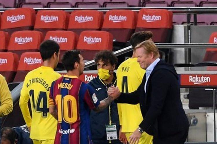 Lionel Messi menyalami Ronald Koeman seusai laga Barcelona vs Villarreal pada lanjutan Liga Spanyol 2020-2021 yang digelar di Stadion Camp Nou, 27 September 2020.