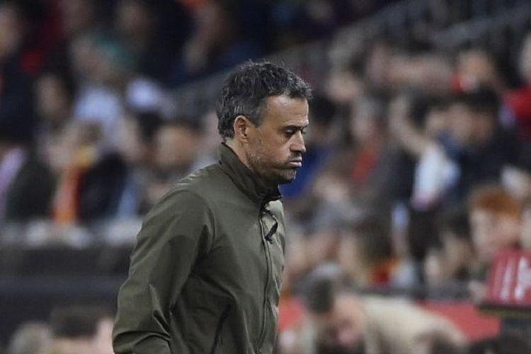 Pelatih Luis Enrique meninggalkan lapangan Stadion Mestalla seusai laga Spanyol vs Norwegia pada babak kualifikasi Piala Eropa 2020, 23 Maret 2019.