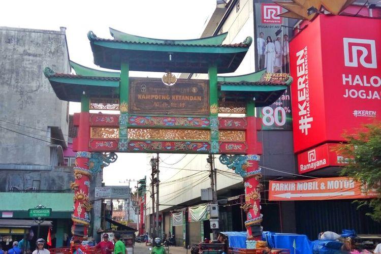 Gapura Kampung Ketandan yang berada di Kawasan Malioboro Yogyakarta