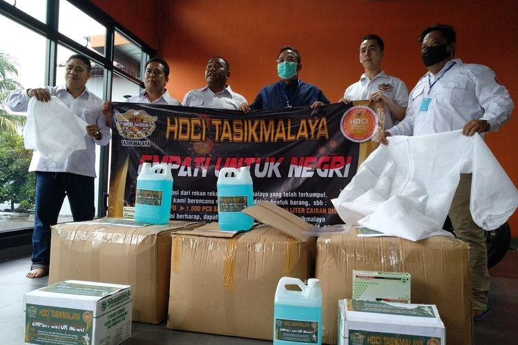 Wali Kota Tasikmalaya Budi Budiman, saat menerima bantuan ratusan APD dari Harley Davidson Club Indonesia (HDCI) Tasikmalaya pada Jumat (3/4/2020).