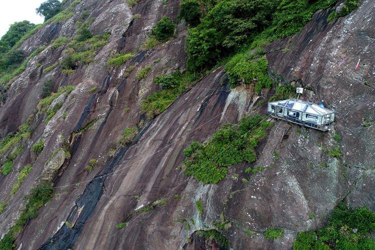 Hotel gantung Padjajaran Anyar yang terletak di tebing Gunung Parang, Purwakarta, Jawa Barat setinggi 500 meter difoto menggunakan drone, Minggu (19/11/2017). Hotel gantung ini diklaim sebagai hotel gantung tertinggi di dunia mengalahkan ketinggian hotel gantung di Peru.