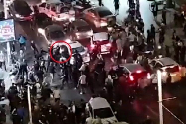 Inilah tangkapan layar dari video yang menunjukkan seorang pria dikeluarkan paksa dari mobil dan dihajar oleh kerumunan Israel, setelah disangka berasal dari etnis Arab.
