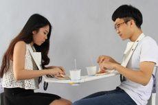 Maaf... Meja Makan Portabel Ini Dirancang Khusus untuk Berduaan!