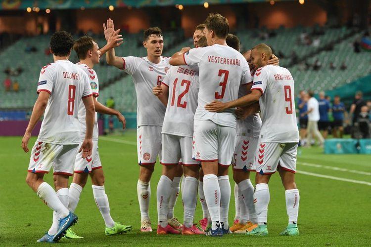 Para pemain Denmark merayakan gol Kasper Dolberg (tengah) ke gawang Republik Ceko pada laga perempat final Euro 2020 di Stadion Olimpiade Baku, Azerbaijan, Sabtu (3/7/2021).