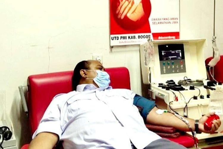 Ketua DPRD Kota Bogor Atang Trisnanto melakukan donor darah konvalesen sambil menunggu waktu berbuka puasa, Kamis (22/4/2021).