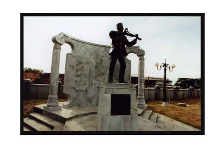 Untuk mengenang WR Supratman, penggubah lagu Indonesia Raya, dibangun sebuah monumen di depan rumah tempat wafatnya di Jl Mangga 21 Tambaksari, Surabaya.