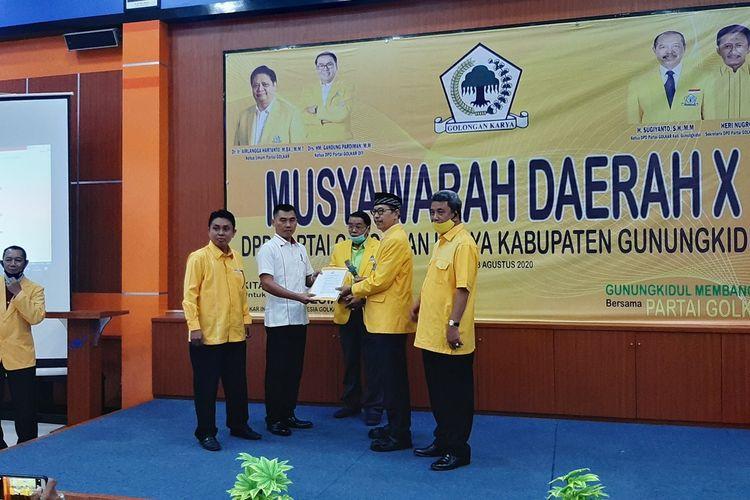 Ketua DPD Golkar Gunungkidul  Sugiyarto Menyerahkan SK ke Sunaryanta di Wonosari Minggu (23/8/2020)