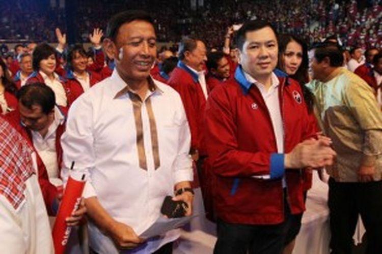 Ketua Umum Partai Hanura, Wiranto (kiri) didampingi deklarator Ormas Persatuan Indonesia (Perindo) yang juga Ketua Dewan Pembina Partai Hanura Hary Tanoesoedibjo, saat deklarasi Perindo di Istora Senayan Jakarta Pusat, Minggu (24/2/2013)
