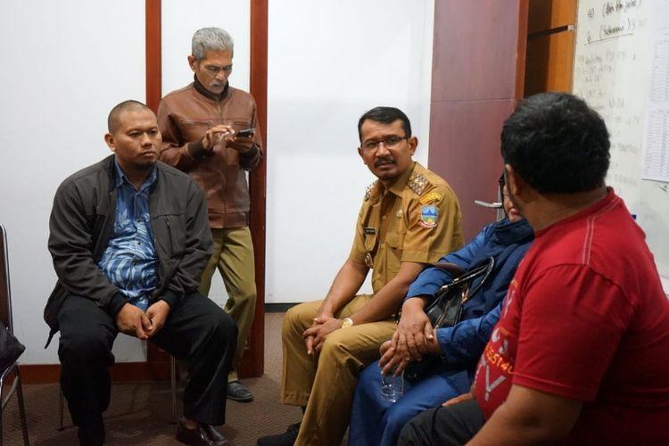 Wakil Bupati Garut Helmi Budiman didampingi Sekretaris Komisi D DPRD Garut Karnoto mendengarkan cerita warga Garut yang tinggal di Palu, Senin(8/10/2018) malam
