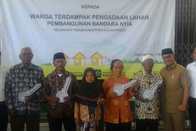 Bupati Kulon Progo, Hasto Wardoyo menyerahkan kunci rumah khusus (rusus) berstatus magersari yang digunakan untuk merelokasi warga terdampak New Yogyakarta International Airport (NYIA).