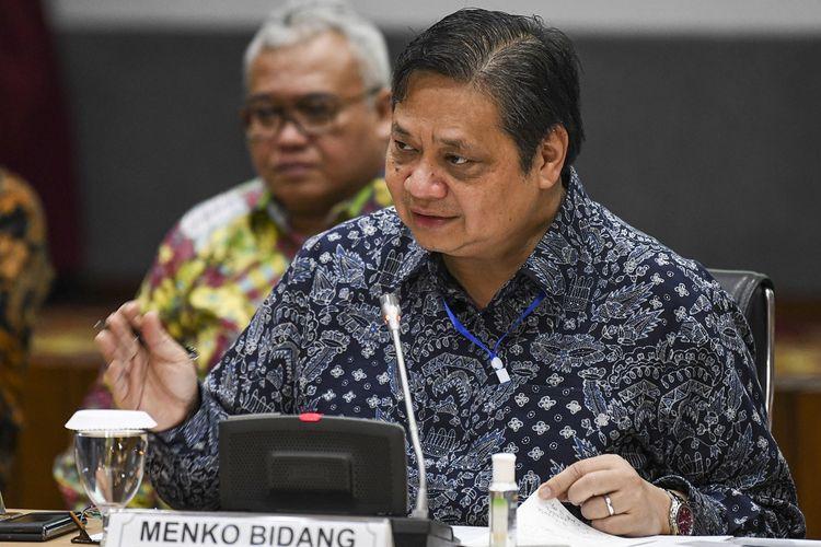 Menko Perekonomian Airlangga Hartarto menjawab pertanyaan wartawan terkait peluncuran situs resmi Kartu Prakerja di kantor Kemenko Perekonomian, Jakarta, Jumat (20/3/2020).