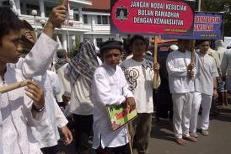 Ratusan umat muslim Malang Raya, yang tergabung dalam Barisan Santri dan Masyarakat Muslim, menggelar aksi di depan Balikota Malang, Jawa Timur, Senin (8/7/2013) mendesak pemerintah menutup tempat maksiat dan larang penjualan minuman keras.