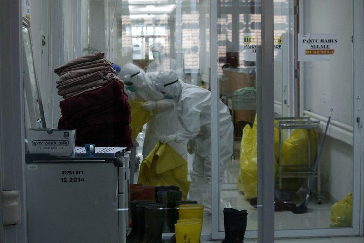 Petugas kesehatan memakai Alat Pelindung Diri (APD) mengumpulkan limbah medis di ruang perawatan pasien COVID-19 di RSUD Kota Bogor, Jawa Barat, Rabu (16/6/2021). Penambahan jumlah kasus positif COVID-19 di Kota Bogor menyebabkan tingkat keterisian tempat tidur di ruang perawatan dan ICU RSUD Kota Bogor ikut meningkat hingga mencapai 75 persen atau hampir masuk kategori zona merah. ANTARA FOTO/Arif Firmansyah/foc.