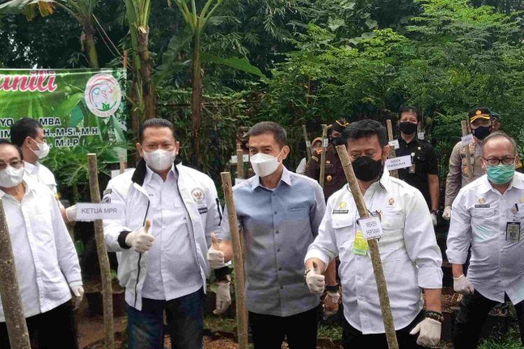 Ketua MPR Bambang Soesatyo, Menteri Pertanian Syahrul Yasin Limpo dan Wali Kota Salatiga Yuliyanto melaksanakan penanaman vanili