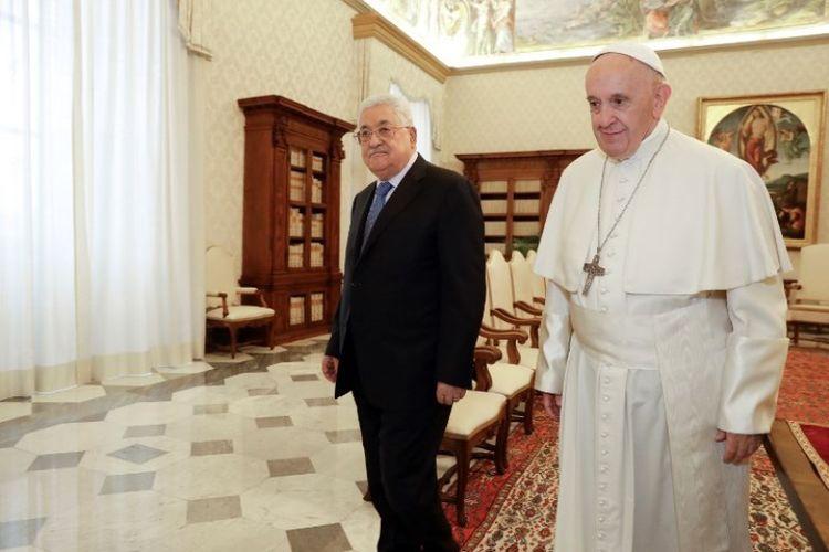 Paus Fransiskus (kanan) bertemu dengan Presiden Palestina Mahmoud Abbas (kiri) di Vatikan, pada Senin (3/12/2018). (AFP/Andrew Medichini)