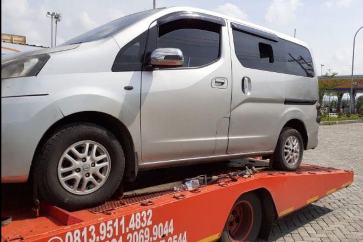 Sebuah truck towing diamankan di pintu exit tol Ngawi karen amembawa 8 pemudik dari Jakarta. Mreka rencananya ke 8 penjual beras di Jakarta tersebut akan mudik ke Madura.