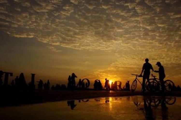 Warga mengunjungi lokasi wisata Pantai Losari, Senin (2/7/2012). Pantai yang terletak di sebelah barat Kota Makassar, Sulawesi Selatan ini menjadi tempat bagi warga untuk menghabiskan waktu pada pagi, sore dan malam hari menikmati pemandangan yang indah.