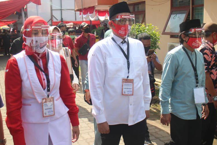 Bupati Jember Faida, calon petahan pada PIlkada Jember saat mendaftarkan diri melalui jalur independen ke KPU Jember