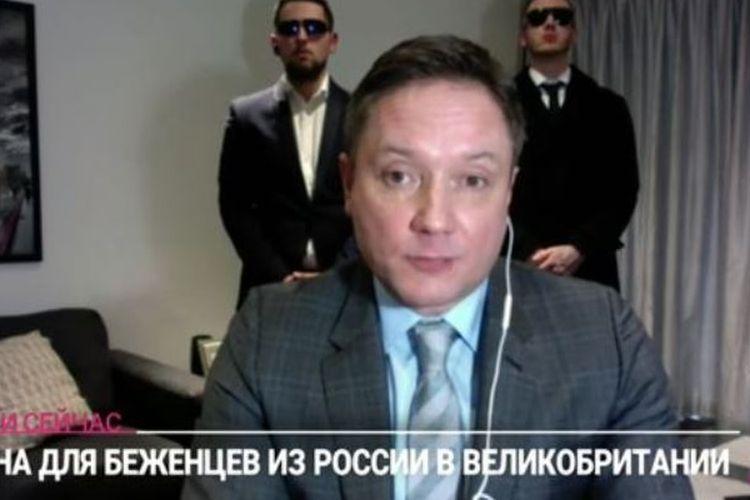 Warga negara Rusia bernama Sergey Kapchuk ketika diwawancara menceritakan ketakutannya bakal menjadi target serangan Negeri Beruang Merah selanjutnya. Tampak di belakangnya terdapat dua pria yang diduga adalah pengawalnya.