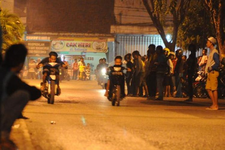 Aksi balapan liar di depan rumah dinas Bupati Pamekasan marak digelar pemuda Pamekasan, khususnya malam minggu.