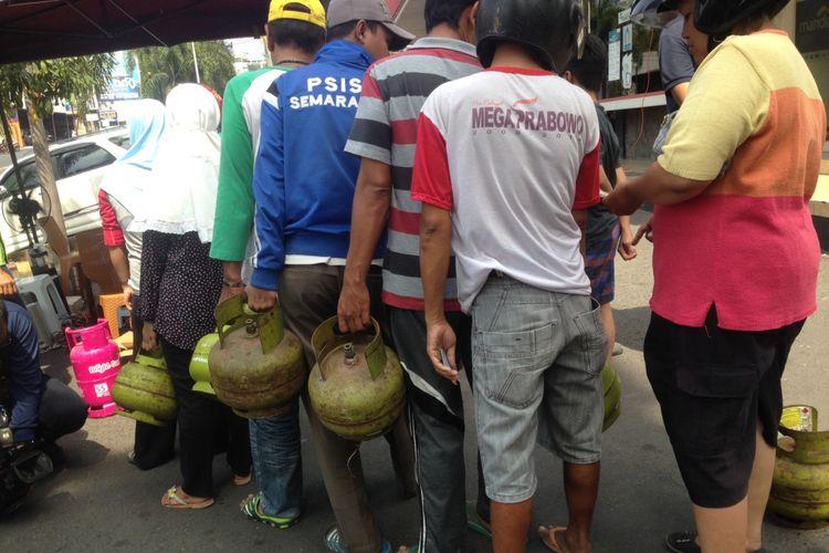 warga antre membeli elpiji melon di Kota Semarang, Jawa Tengah, Selasa (12/9/2017)