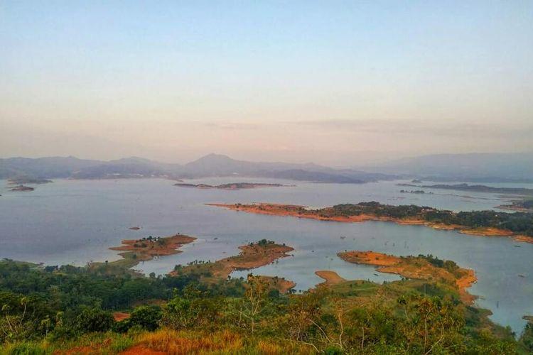 Lahan milik negara di lokasi Pasir Cinta di wilayah pesisir Waduk Jatigede, Desa Pakualam, Darmaraja, Sumedang diusulkan Pemkab Sumedang untuk dikelola warga Sumedang. AAM AMINULLAH/KOMPAS.com