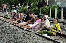 Warning, Ngabuburit di Rel Kereta Terancam Denda Rp 15 Juta
