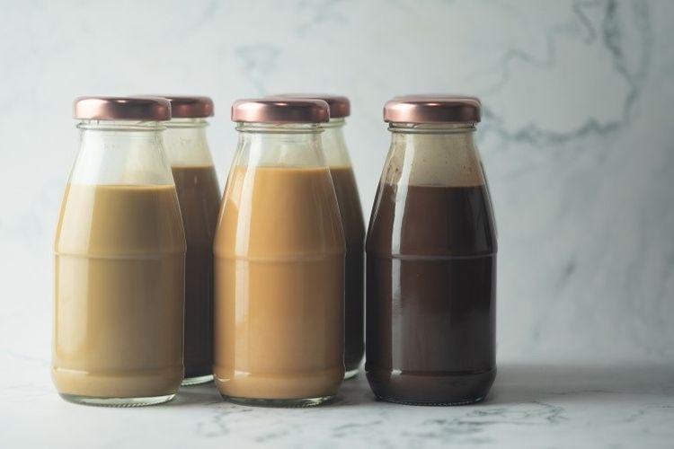 Ilustrasi es kopi susu kemasan botol