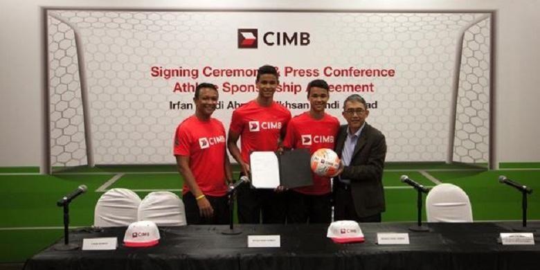 Fandi Ahmad bersama kedua puteranya, Irffan dan  Ikhsan serta CEO CIMB Group Singapore, Mak Lye Mun