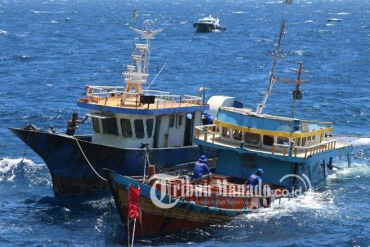 Kapal pencuri ikan ditenggelamkan di Perairan Kema, Minahasa Utara, Sulawesi Utara, Senin (20/8/2018).