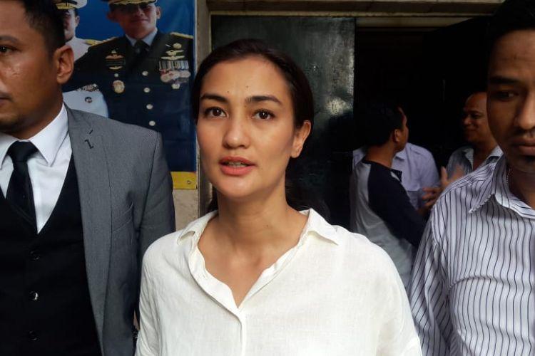 Atiqah Asiholan bersama kuasa hukum Ratna Sarumpaet, Insang Nasrudin saat ditemui di Polda Metro Jaya, Jakarta Selatan, Selasa (6/11/2018).